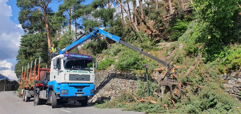 Treballs a la carretera de La Plana de La Comella, causats per la tempesta del mes de juny amb vent huracanat.